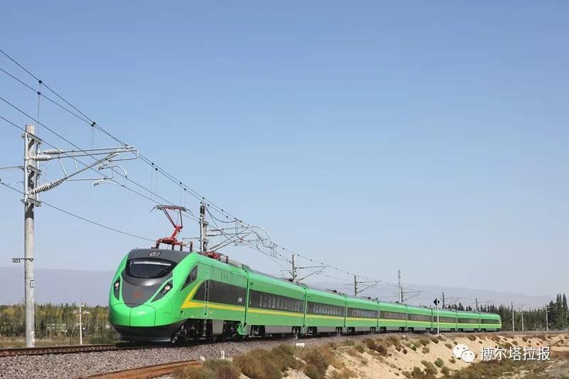"""""""绿巨人""""奔驶在新疆铁路博州线"""