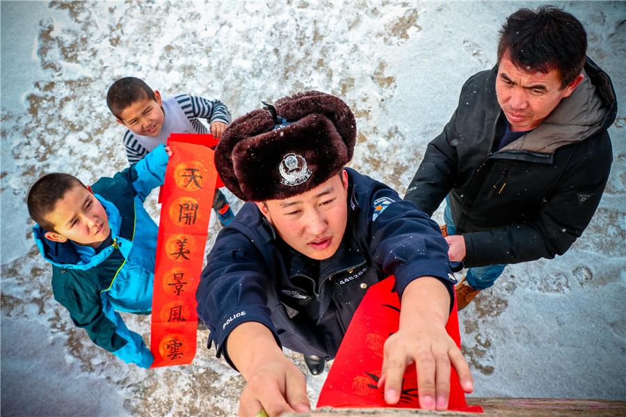 新疆夏尔布河边境派出所开展迎新春送春联活动